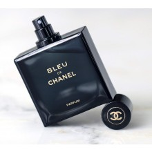 Chanel Bleu de Chanel е луксозен мъжки парфюм с наситен и съблазнителен, плодово-ориенталски аромат с пикантни нотки